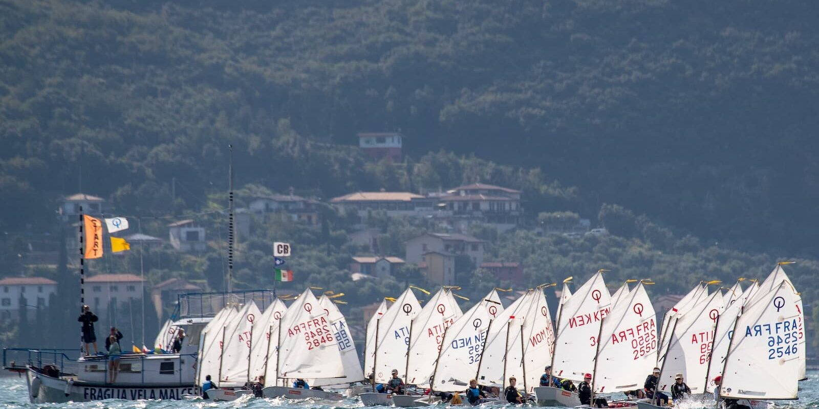 Partenza optimist durante una regata sul Lago di Garda alla Fraglia Vela Malcesine