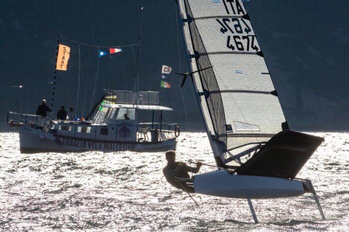 Moth sulla linea di partenza durante una prova della regata Balardi Cup